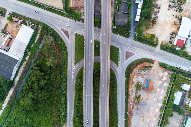 Luchtfoto van drone shot van snelweg weg.