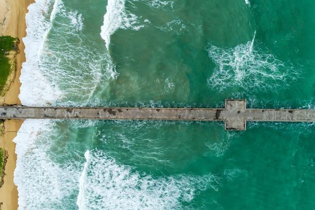 Luchtfoto van drone top down van lange brug in de tropische zee