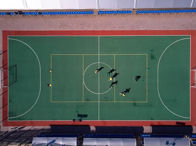 Luchtfoto van drone tot voetbal op miniveld
