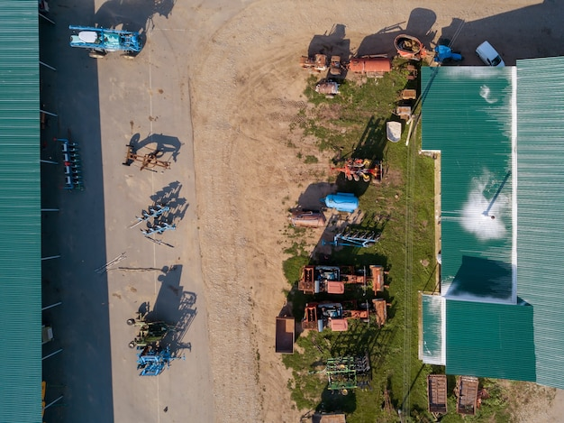 Luchtfoto van drone van landbouwmachines voor het bewerken van velden, het zaaien van gewassen en het oogsten van gewassen. bovenaanzicht.