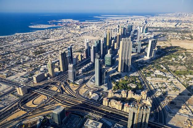 Luchtfoto van dubai stad vanaf de top van een toren.
