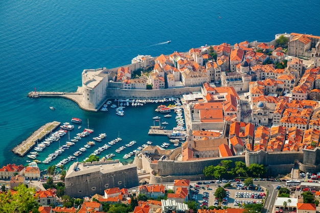 Luchtfoto van dubrovnik oude haven in het centrum van de stad, dalmatische kust van de adriatische zee, kroatië