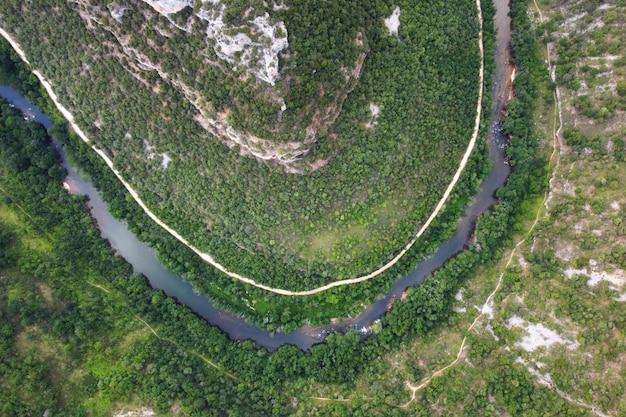 Luchtfoto van ebro rivier canyon in burgos, spanje.