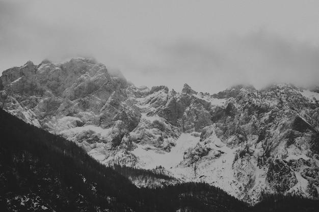 Luchtfoto van een bergachtig landschap bedekt met sneeuw op een mistige dag
