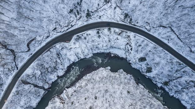 Luchtfoto van een bergweg bedekt met sneeuw