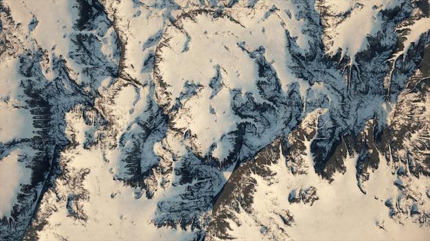 Luchtfoto van een besneeuwde bergketen, met een kronkelende weg.
