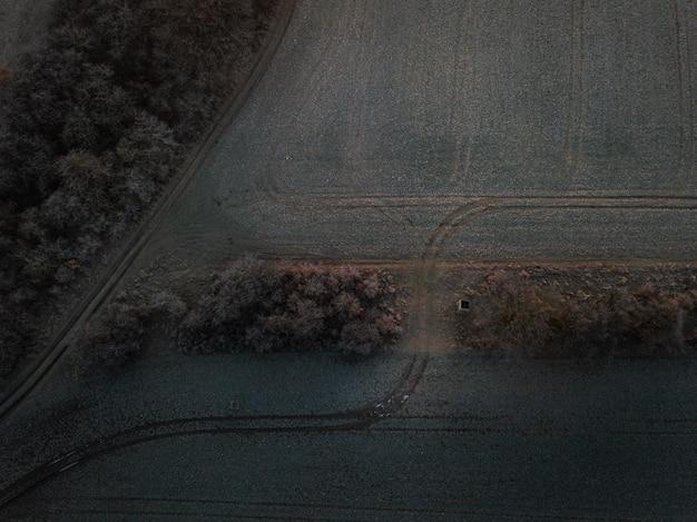 Luchtfoto van een boerderijveld met sporen