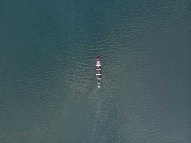 Luchtfoto van een boot in de spiti-rivier, india