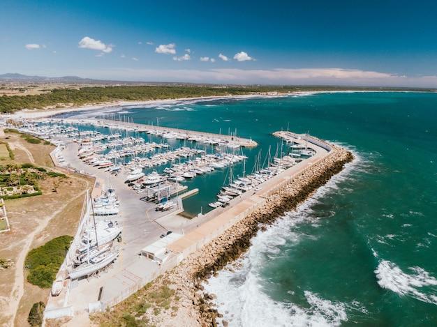 Luchtfoto van een dok met veel boten gedokt in het water
