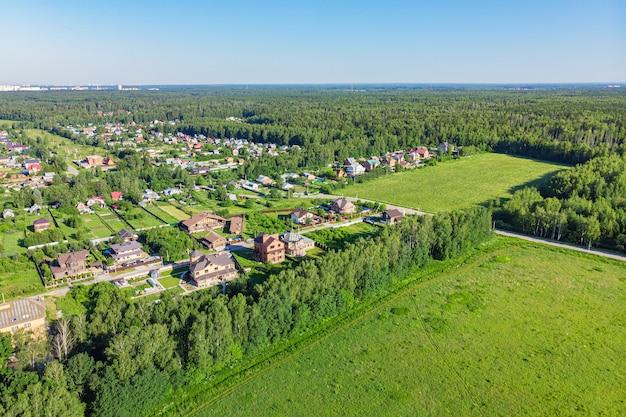 Luchtfoto van een drone van een landelijk dorp, velden en bossen rondom Premium Foto