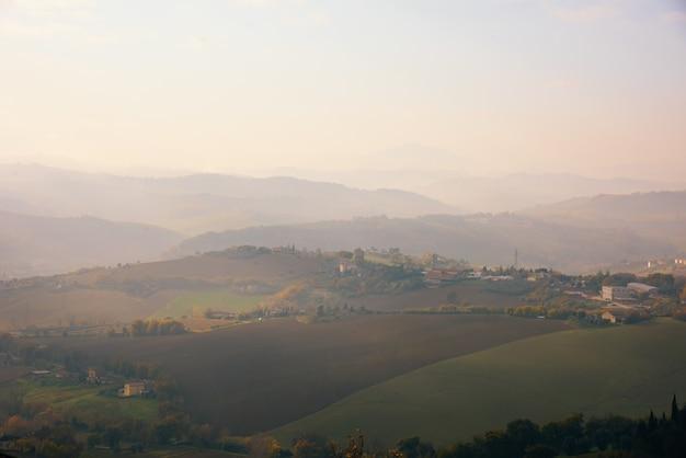 Luchtfoto van een enorm gebied van bomen, gras en bergen