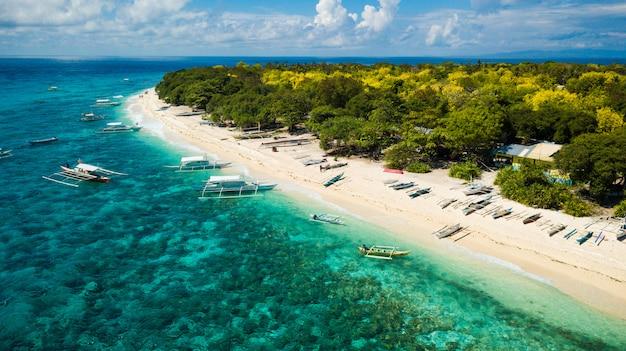 Luchtfoto van een geweldig tropisch strand in de filippijnen. huwelijksreisbestemming in het zuidoosten