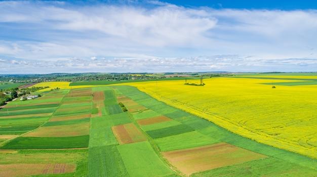 Luchtfoto van een groen veld.