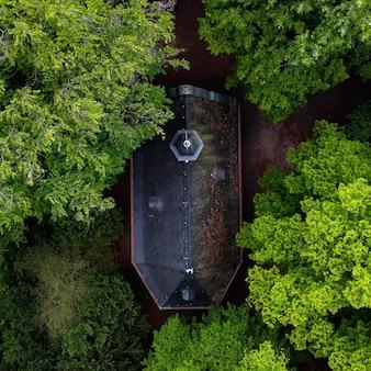 Luchtfoto van een groot woonhuis omgeven door groene bomen