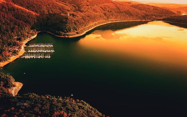 Luchtfoto van een haven aan een prachtige baai bij zonsondergang