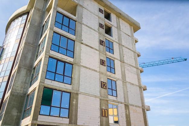 Luchtfoto van een hoog woonflatgebouw met verdiepingsnummers op de muur in aanbouw. vastgoed ontwikkeling.