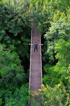 Luchtfoto van een houten brug in het bos in bangkok