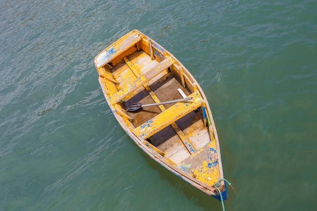 Luchtfoto van een kano in de oceaan