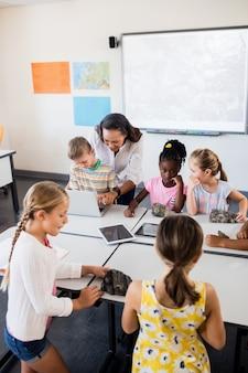 Luchtfoto van een klas bezig met geologie