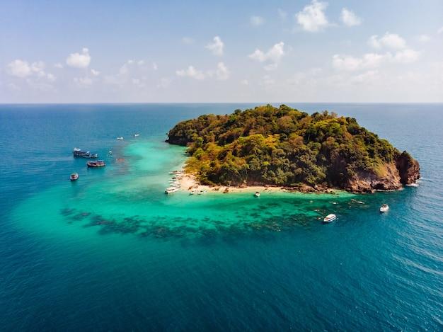Luchtfoto van een klein groen eiland in het midden van de oceaan