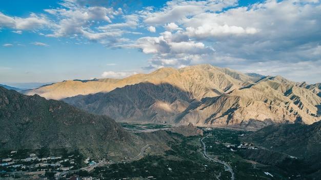 Luchtfoto van een klein stadje in de voorsteden