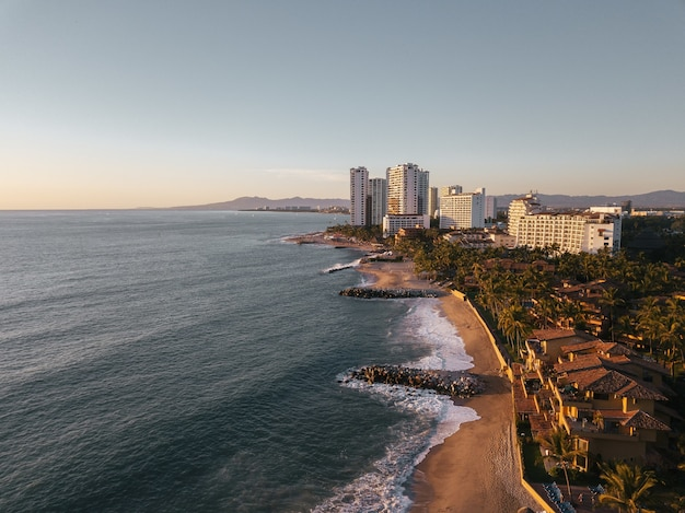 Luchtfoto van een kuststad
