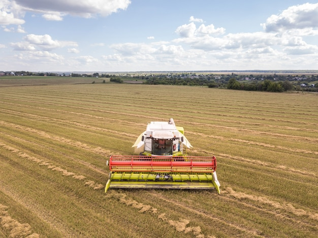 Luchtfoto van een landbouwgebied met krachtig maaidorser