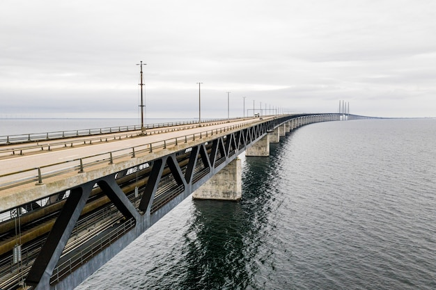 Luchtfoto van een lange, zelfverankerde hangbrug door de zee