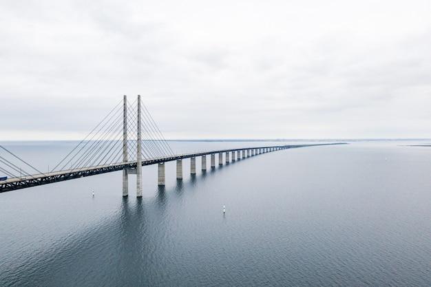 Luchtfoto van een lange, zelfverankerde hangbrug door zee