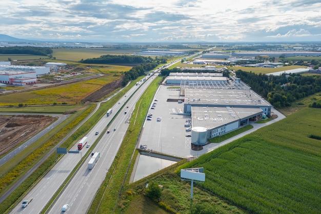 Luchtfoto van een magazijn of industriële fabriek of logistiek centrum van bovenaf. uitzicht van boven