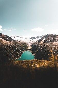 Luchtfoto van een meer tussen bergen