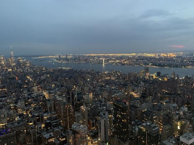 Luchtfoto van een megapolis met verlichte hoge gebouwen