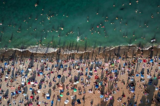 Luchtfoto van een menigte mensen op het strand