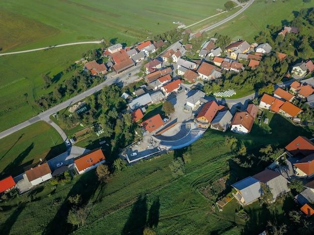 Luchtfoto van een mooi dorp in slovenië