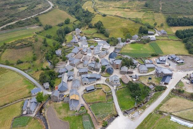 Luchtfoto van een mooi dorpje tussen groene velden geschoten vanuit een drone