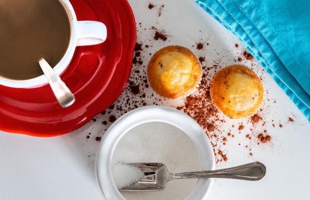 Luchtfoto van een ontbijt om de dag op kantoor te beginnen