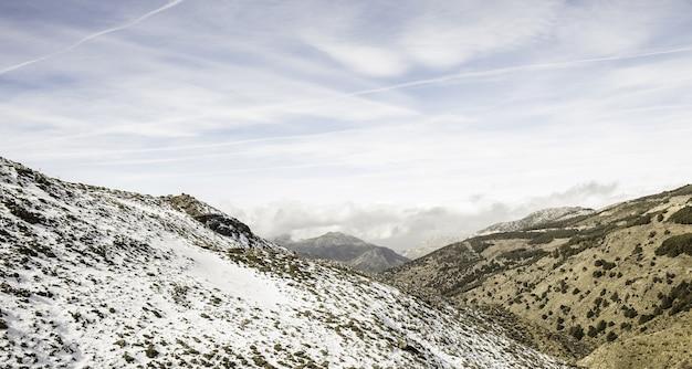 Luchtfoto van een prachtig landschap gedeeltelijk bedekt met sneeuw