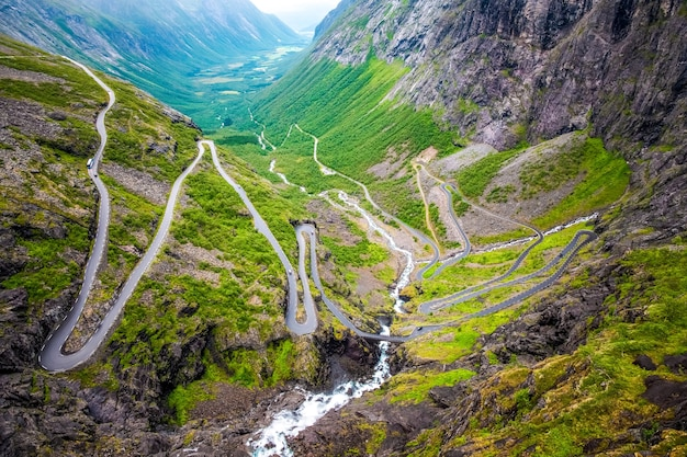 Luchtfoto van een provinciale weg die door een bos in chalkidiki gaat