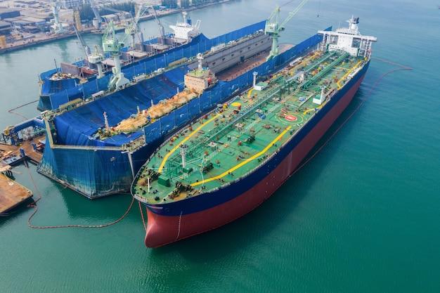 Luchtfoto van een scheepswerf die een grote tank van de schipolie op het overzees thailand herstelt
