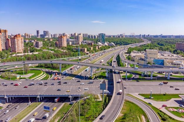 Luchtfoto van een snelweg kruising. kruispunten in een grote stad