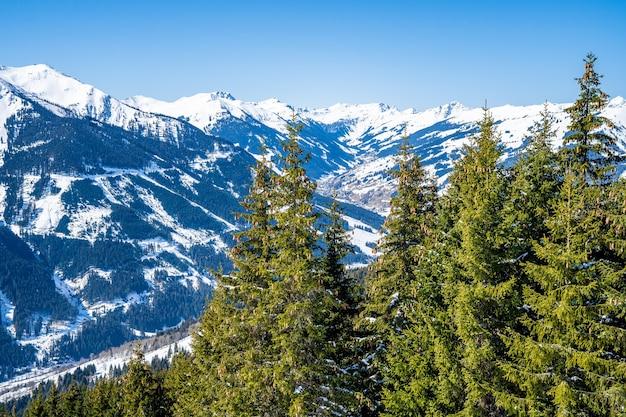 Luchtfoto van een snowboard-resort in de sneeuw onder het zonlicht