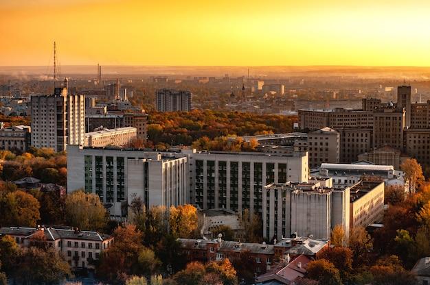 Luchtfoto van een stad met hoogbouw