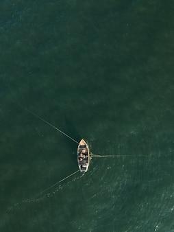 Luchtfoto van een traditionele vissersboot in de zee