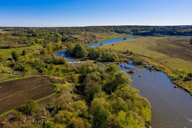 Luchtfoto van een typisch dorp en een rivier