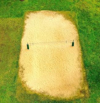 Luchtfoto van een volleybalveld overdag