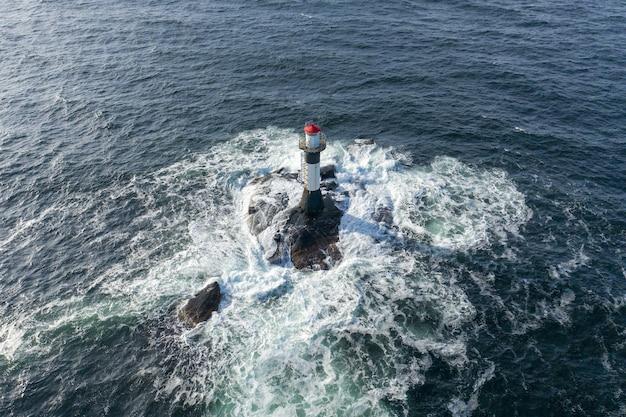 Luchtfoto van een vuurtoren midden op zee