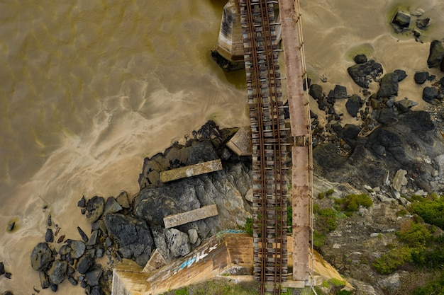 Luchtfoto van een weg-spoorbrug