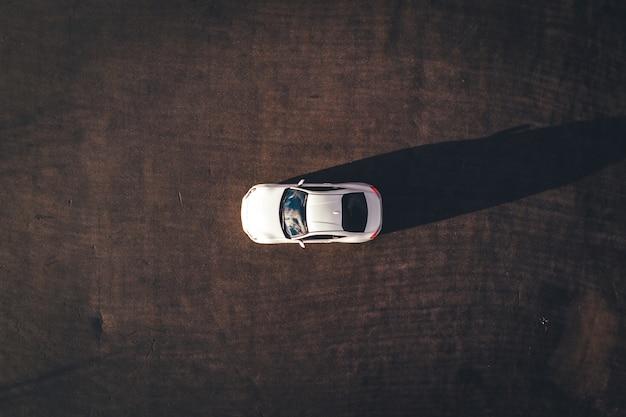 Luchtfoto van een wit voertuig