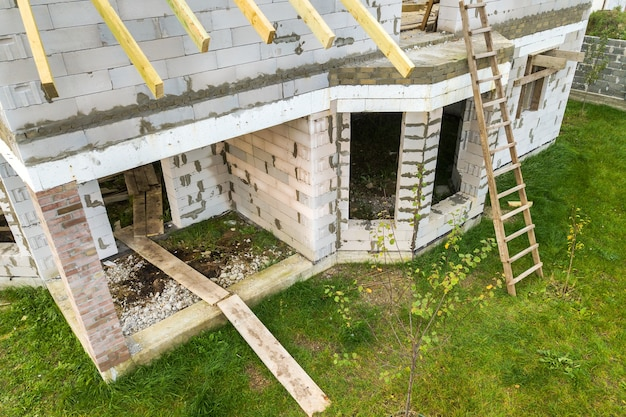 Luchtfoto van een woonhuis met cellenbeton bakstenen muren en houten frame voor toekomstig dak.