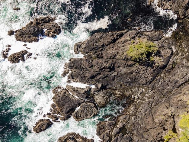 Luchtfoto van een zee met rotsachtige stenen